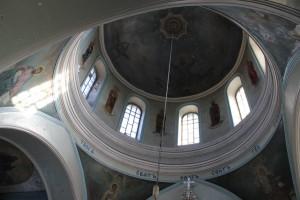 под куполом в храме